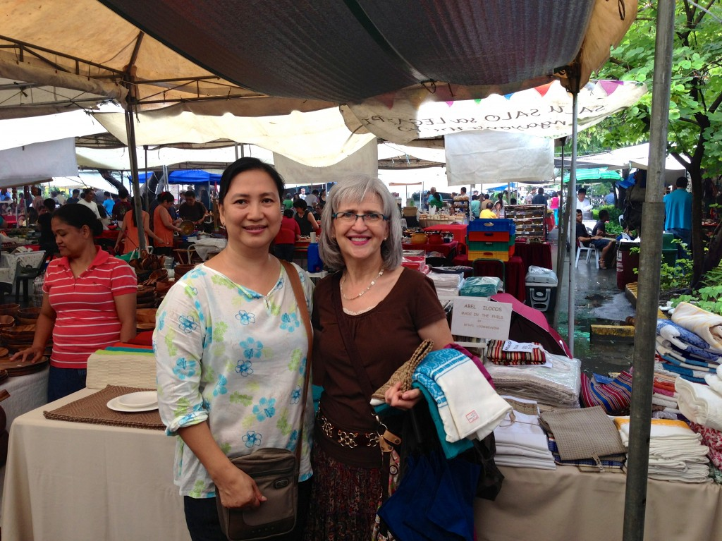 Filipino and American handweavers meet at market in Makati.
