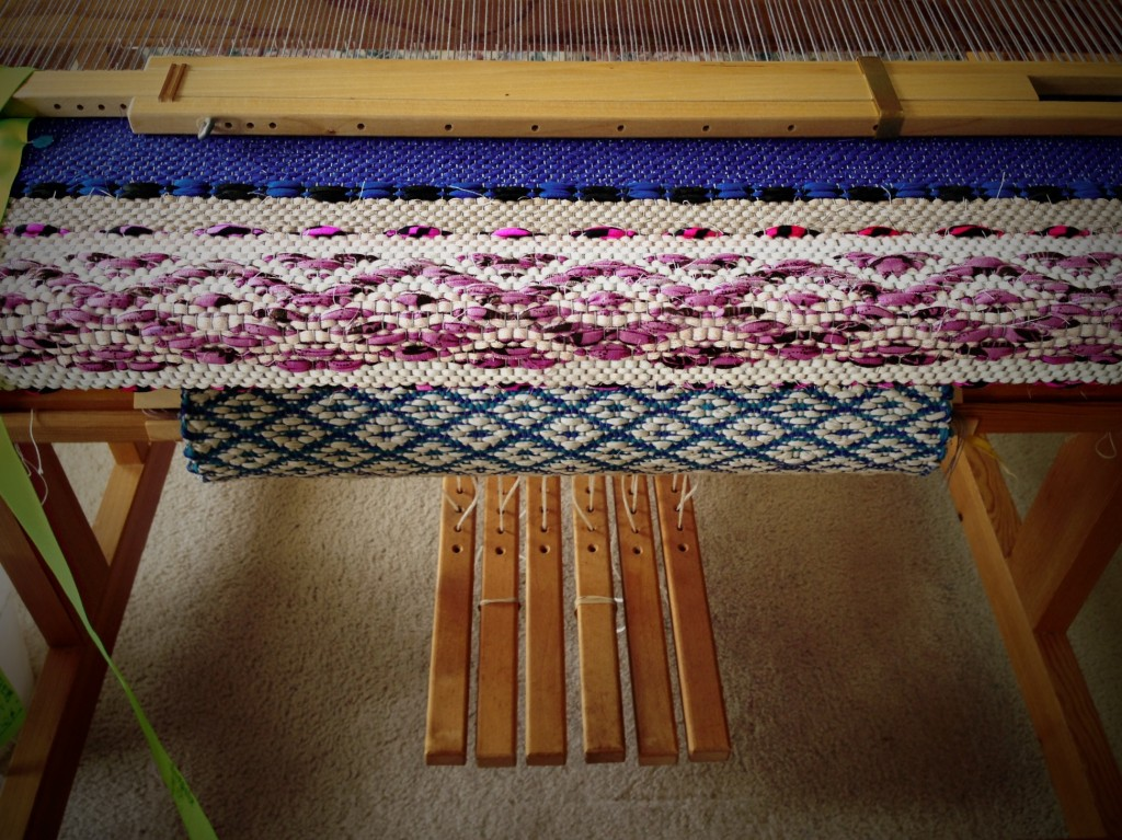 Rosepath rag rug on the loom. 4 of 5. ki