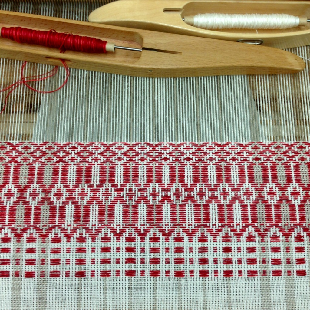 Beautiful Smålandsväv in linen on the loom at Vavstuga!