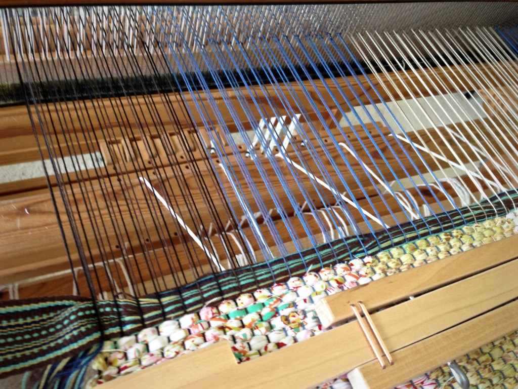 Weave handle into rag weave bag on the loom.