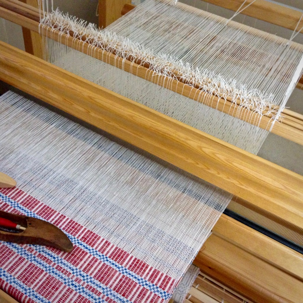 The end is near! The end of the warp, that is. Halvdräll on the loom.