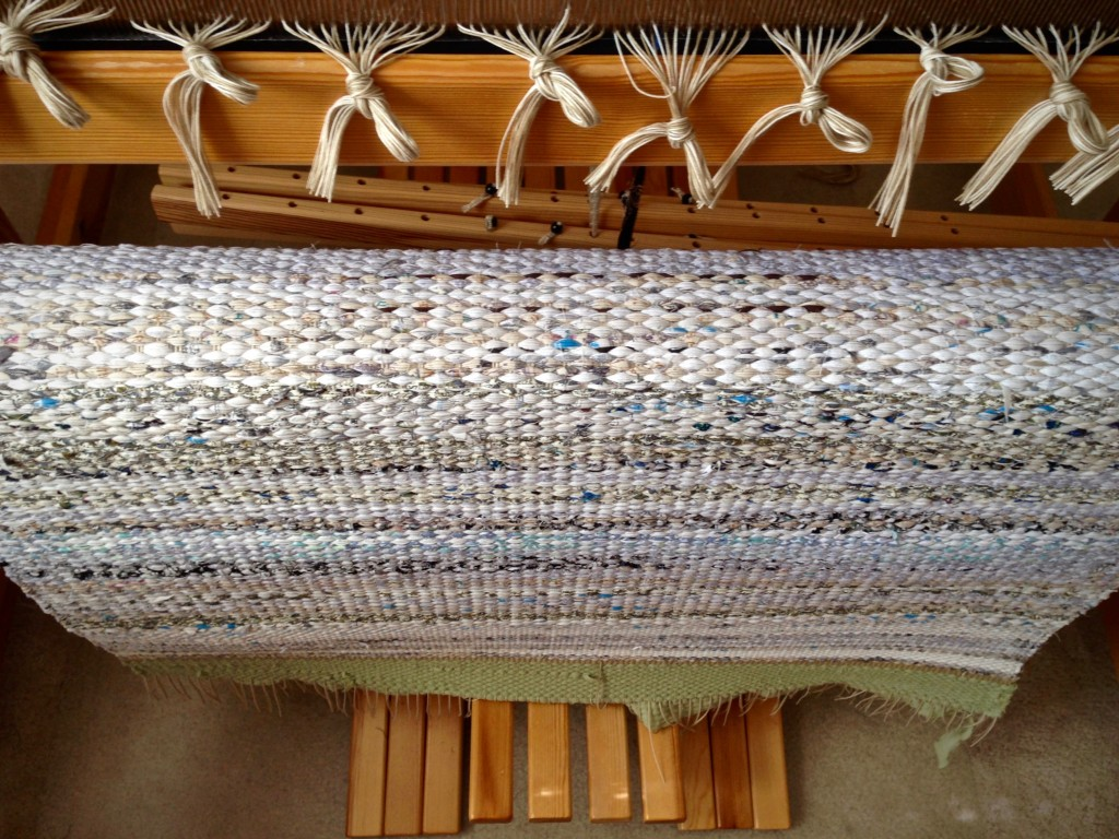 Large rag rug cut from the loom. Instructions for finishing ends.