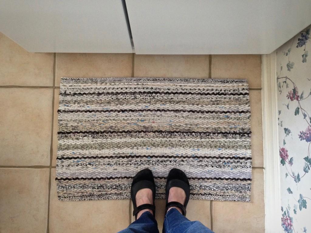Rickrack rag rug. Video tutorial about hemming rag rugs.