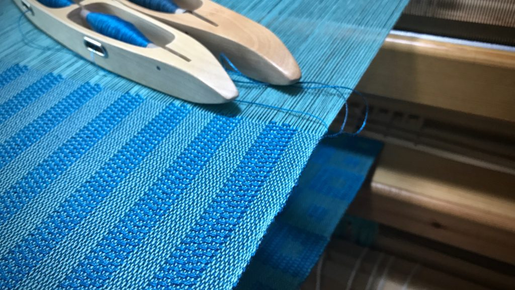 Kuvikas - Weaving lengthwise stripes on a solid-color warp.