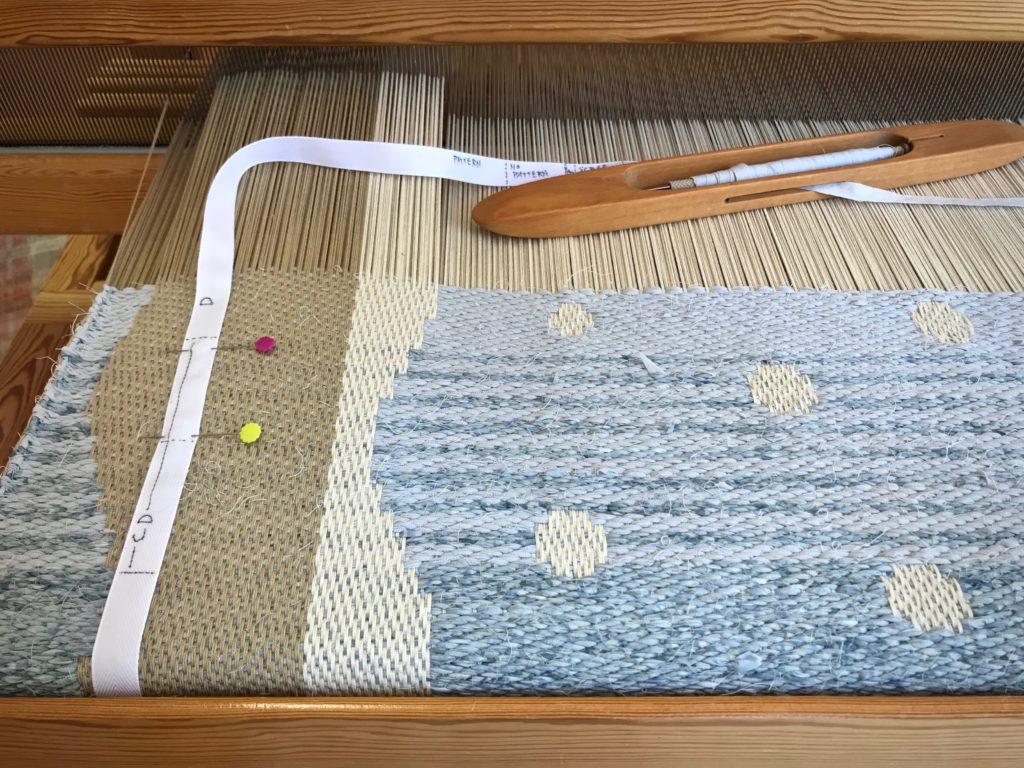 Rag rug on the drawloom. Color transition.