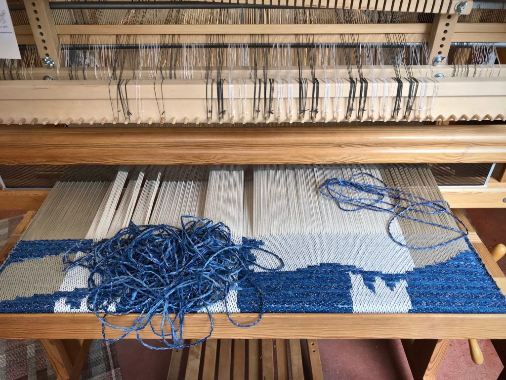 Rag weft is taken out to correct an error.