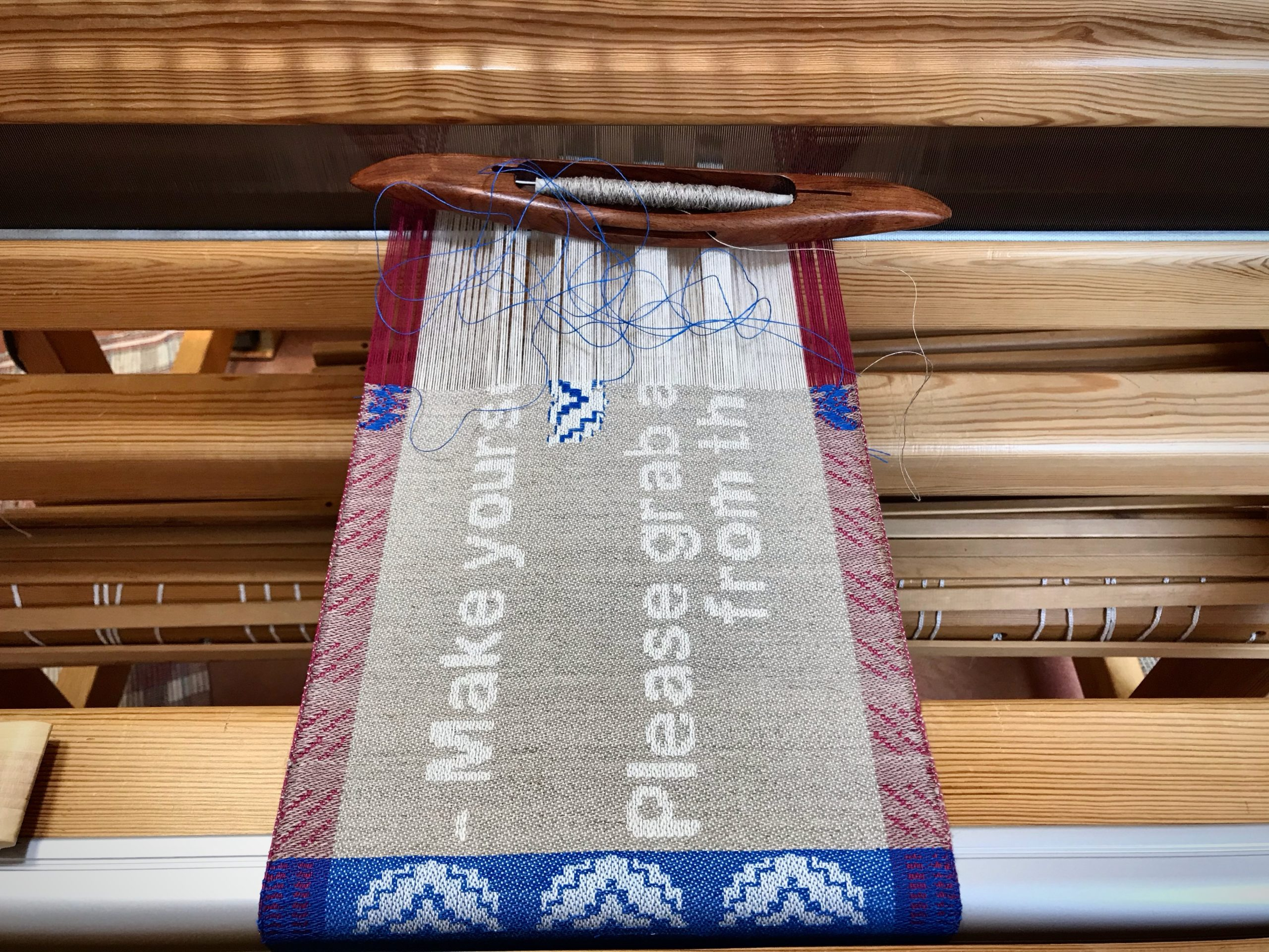 Drawloom. Weaving a sign for house guests.