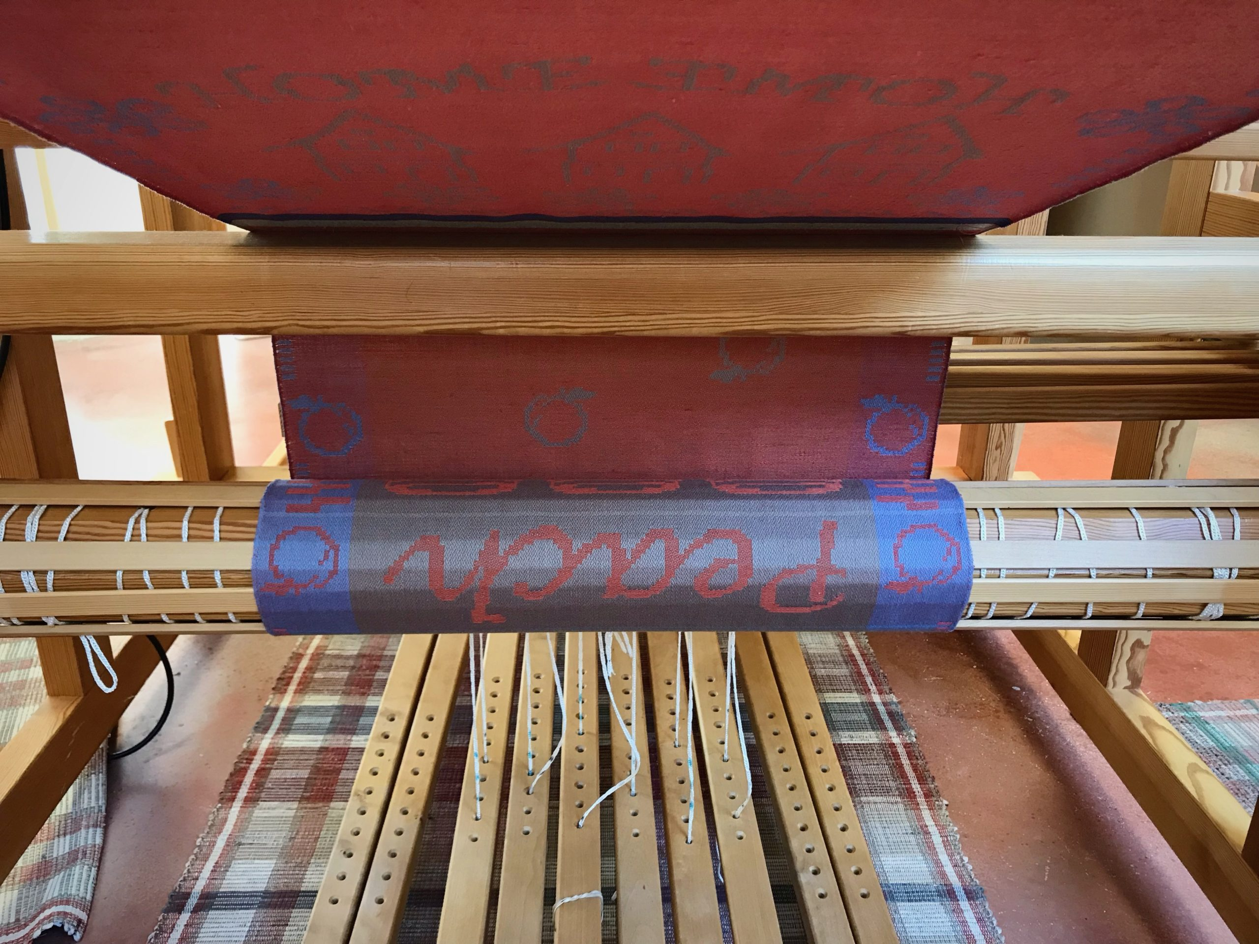 Anticipation! Seeing the reverse side of what's woven on the drawloom!